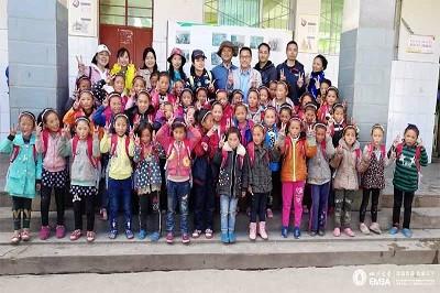 四川大学EMBA学员走进凉山州布拖县火烈乡小学