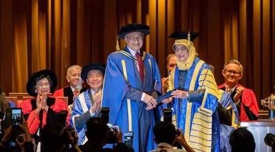 马来西亚总理马哈迪被新加坡国立大学授予名誉博士学位