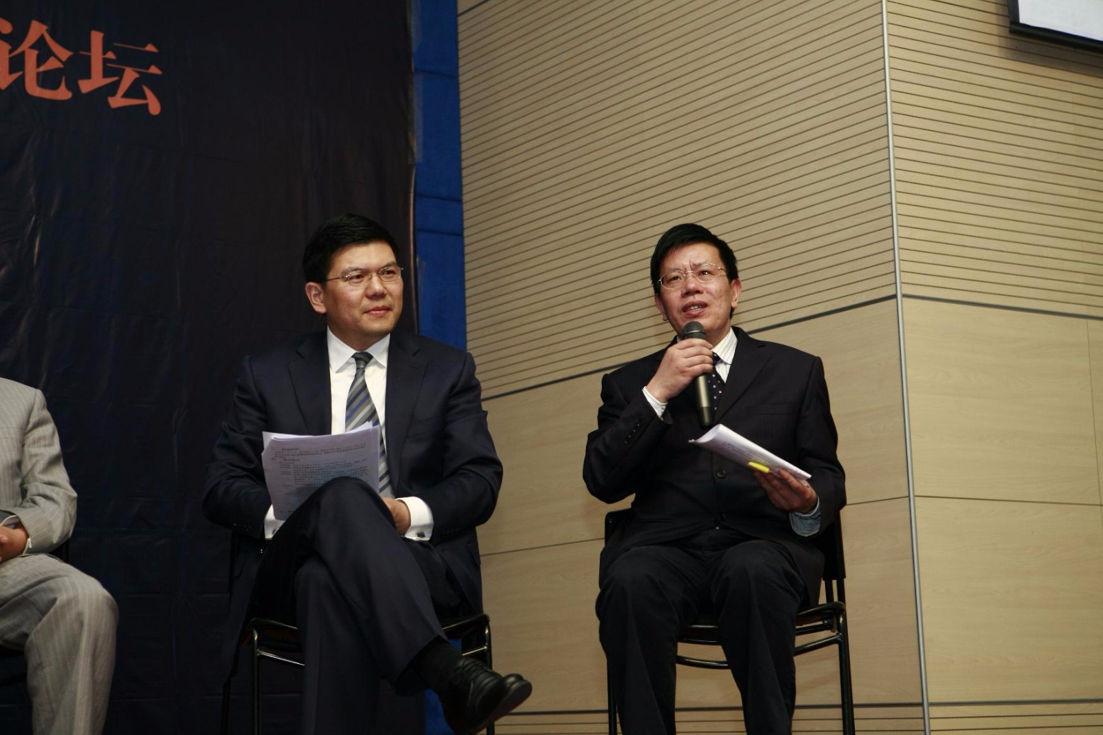 """南京大学EMBA管理峰会论坛-刘洪教授与嘉宾针对""""企业发展危中有机""""展开讨论"""