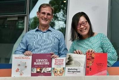 武耀恒教授(左)与国大商学院副教授洪瑞云(右)