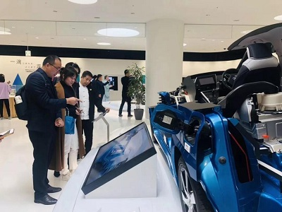 同学们看到最新的氢能源汽车,在认真讨论