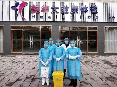 美年大健康万州公司医务人员积极配合重庆市万州区卫计委,在火车站为往返旅客测量体温