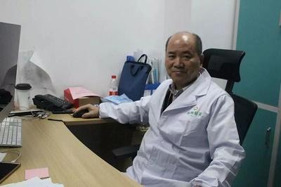 金域医学呼吸道疾病学科带头人陈敬贤教授正在编写检测流程