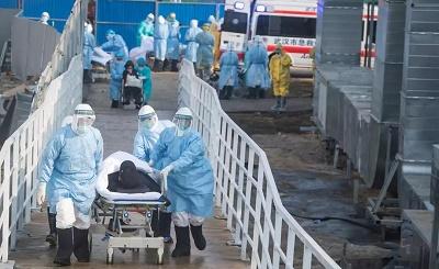 医护人员救治病人