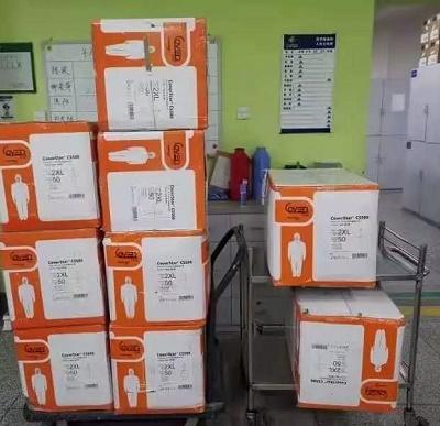 给四川省人民医院医务人员送去500件防护服