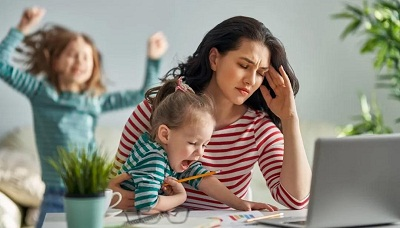 居家办公让很多年轻的父母难以集中精力在工作内容上,造成工作效率低下