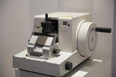 1998年,梁耀铭和员工们众筹9万元买来的病理切片机是当时最先进的机器